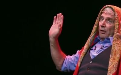 """Extrait de """"Ma vie rêvée"""" dernier spectacle de Michel Boujenah (Crédit: capture d'écran Youtube/Théâtre Edouard VII)"""