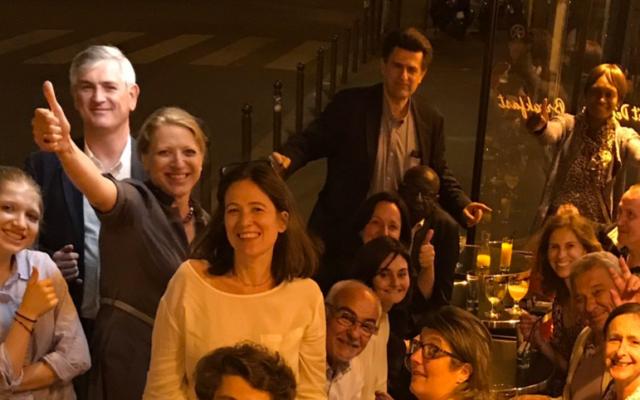 Ilana Cicurel fête, entourée de son équipe, son passage en force lors du premier tour des élections législatives dans la 4e circonscription de Paris, le 11 juin 2017. (Crédit : capture d'écran Twitter/Ilana Cicurel)