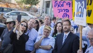 Natan Sharansky,  au centre, président de l'Agence juive, et Dov Lipman, alors député, en costume cravate à droite, lors d'une manifestation organisée par les Juifs orthodoxes américains et israéliens et les Juifs conservateurs devant les bureaux du grand rabbinat à Jérusalem, le 6 juillet 2016 (Crédit : Hadas Parush/Flash90)