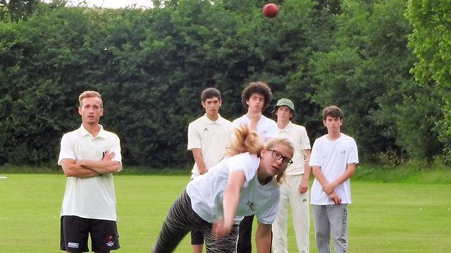 La joueuse de cricket Naomi Eytan (au premier plan) avec certains membres de son équipe (Crédit : Autorisation)