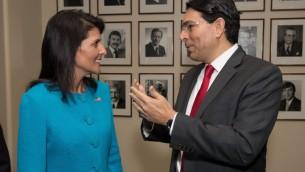 L'ambassadrice américaine à l'ONU Nikky Haley s'entretient avec l'ambassadeur israélien aux Nations-Unies Danny Danon lors d'un événement non daté (Crédit : Shahar Azran)