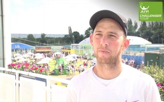 Le champion de tennis israélien Dudi Sela après sa victoire de l'Open de Nottingham 2017, le 18 juin 2017 (Crédit : Capture d'écran YouTube)