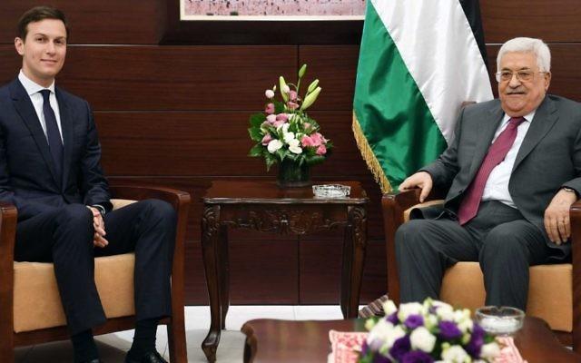 Jared Kushner, conseiller du président américain Donald Trump, avec Mahmoud Abbas, président de l'Autorité palestinienne, à Ramallah, le 21 juin 2017. (Crédit : bureau de presse de l'AP)
