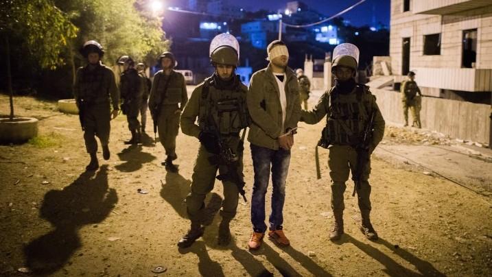 Arrestation d'un Palestinien par des soldats israéliens dans le camp de réfugiés de Deheishe, près de Bethléem, en Cisjordanie, en décembre 2015. Illustration. (Crédit : Nati Shohat/Flash90)