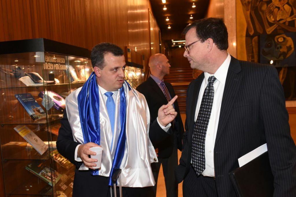 Carmel Shama-Hacohen, à gauche, ambassadeur d'Israël auprès de l'UNESCO, avec le drapeau israélien, au siège de l'agence culturelle des Nations unies, à Paris, le 2 mai 2017. (Crédit : Erez Lichtfeld)