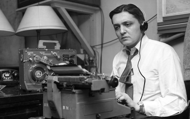 Gabe Pressman en 1956. (Crédit : NBC/NBC NewsWire/Getty Images via JTA)