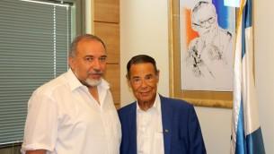 Le chef de Yisrael Beytenu Avigdor Liberman aux côtés du philanthrope Michael Gross (Autorisation : World Beytenu/)