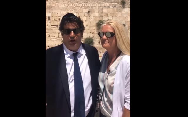 Dernier appel à voter du candidat LR-UDI Meyer Habib depuis le mur Occidental, dans la Vieille Ville de Jérusalem, le 16 juin 2017. (Crédit : capture d'écran Youtube/Meyer Habib officiel)