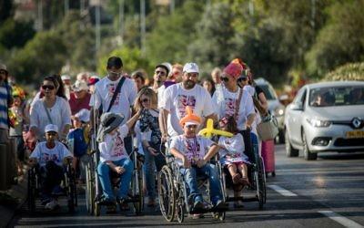 Les parents de jeunes malades du cancer de l'hôpital Ein Kerem manifestent en protestation contre le ministre de la Santé Yaakov Litzman et le directeur général du centre médical   Hadassah Ein  Zeev Rotstein à Jérusalem, le 7 juin 2017 (Crédit : Yonatan Sindel/Flash90)