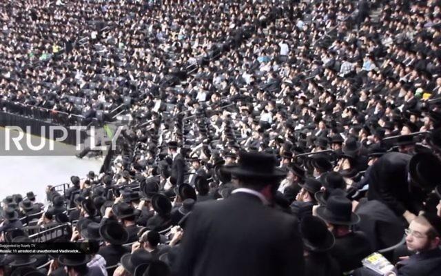 Environ 20 000 Juifs anti-sionistes assistent à un rassemblement à New York contre le service militaire  des ultra-orthodoxes, le 11 juin 2017 (Capture d'écran : YouTube)