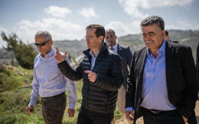 Isaac Herzog, chef du Parti travailliste, entouré des députés Amir Peretz et Omer Bar Lev, le 14 mars 2016. (Crédit : Corinna Kern/Flash90)