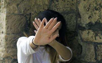 Une femme se protégeant. Illustration. (Crédit : Pecaphoto77 via iStock par Getty Images)