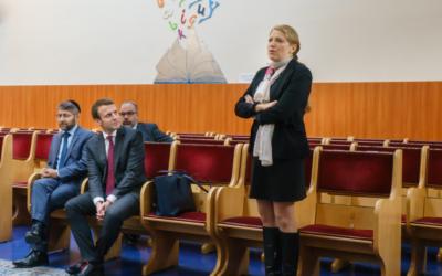 Ilana Cicurel avec Emmanuel Macron et le grand rabbin de France, Haïm Korsia, lors d'une visite commune à l'école de l'Alliance israélite universelle de Pavillons-sous-Bois (Crédit : autorisation Ilana Cicurel)