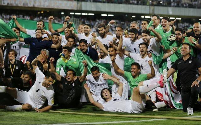 Les joueurs iraniens célèbrent leur victoire 2-0 face à l'Ouzbékistant, au stade Azadi de Téhéran le 12 juin 201. (Crédit : AFP PHOTO / ATTA KENARE)