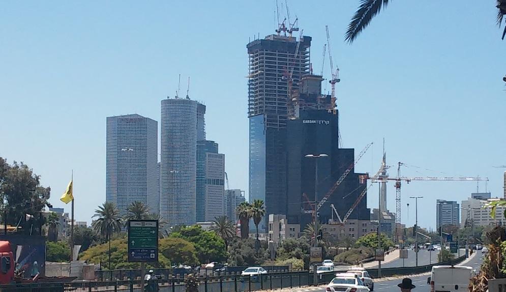 Des gratte-ciels à Tel Aviv (Crédit : Simona Weinglass/Times of Israel)