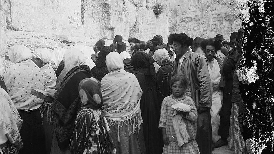 Des Juifs priant au mur Occidental aux alentours de 1917). (Crédit : Domaine public/via Israel Daily Picture)