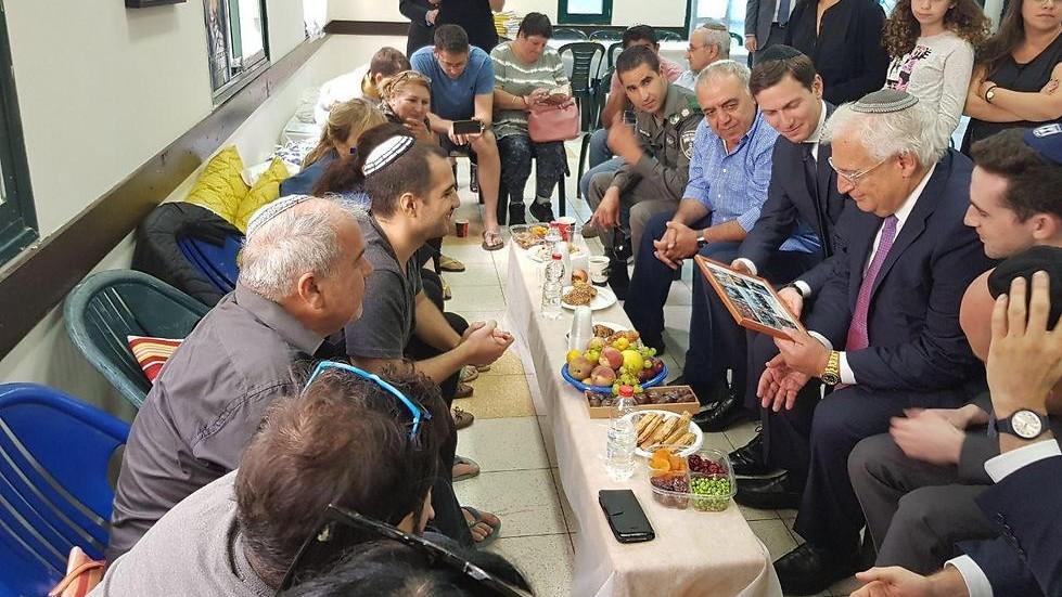 Jared Kushner, conseiller du président américain Donald Trump, et David Friedman, ambassadeur des Etats-Unis en Israël, pendant la shiva de la famille de Hadas Malka, garde-frontière tuée dans un attentat à Jérusalem, le 21 juin 2017. (Crédit : autorisation)