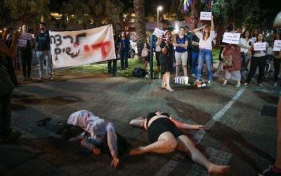 Mise en scène pour appeler la police à en faire davantage pour prévenir les homicides contre les femmes, à Tel Aviv, le 11 juin 2017. (Crédit : Flash90)