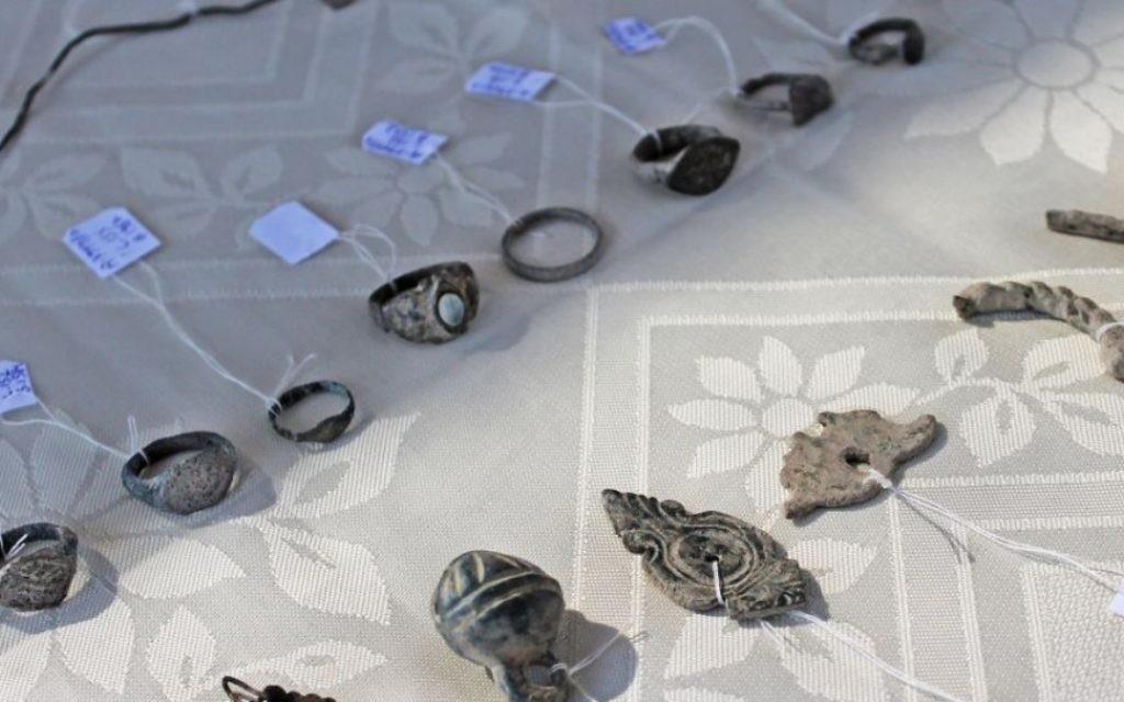 Les bijoux féminins retrouvés dans la cuisine de la forteresse franque, de l'époque des Croisades. (Crédit : Vered Bosidan, Israel Antiquities Authority)