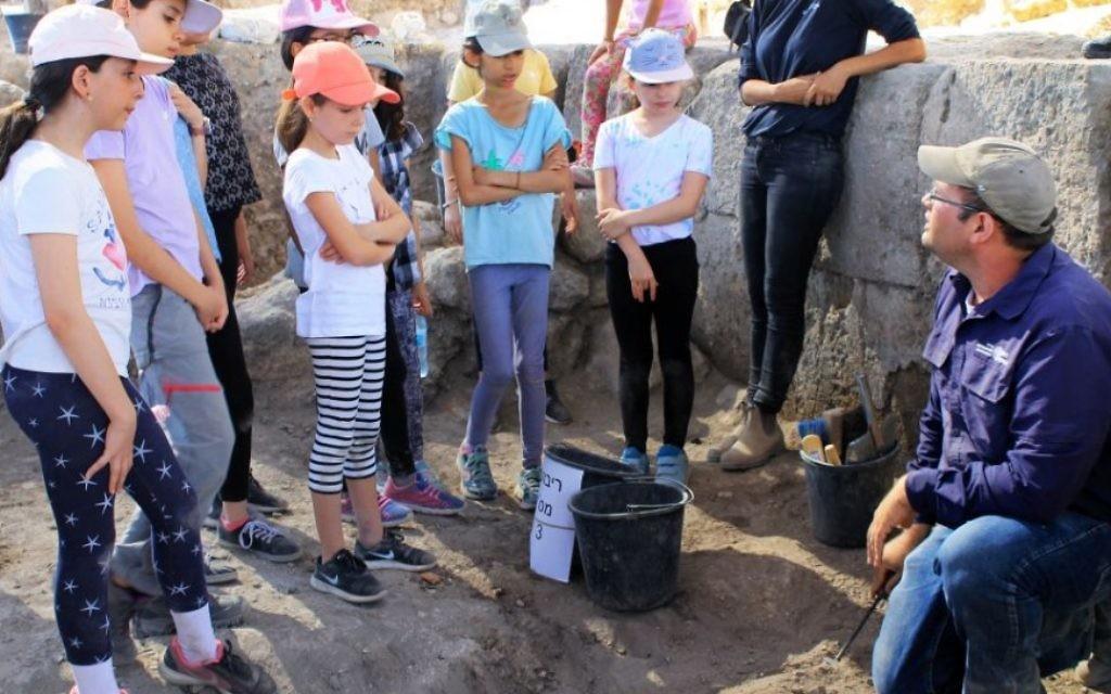Le directeur des fouilles, Avraham Tendler, parle aux 2 500 écoliers et bénévoles de tous âges de Modiin qui ont participé aux fouilles archéologiques de Tittora. (Crédit : Vered Bosidan, Israel Antiquities Authority)