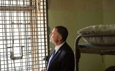 Le président de la Knesset Yuli Edelstein à la prison de Butryka , à Moscou, il a été incarcéré 3 mois, en attente de son procès en 1984, le 28 juin 2017. (Crédit : Ambassade israélienne en Russie)