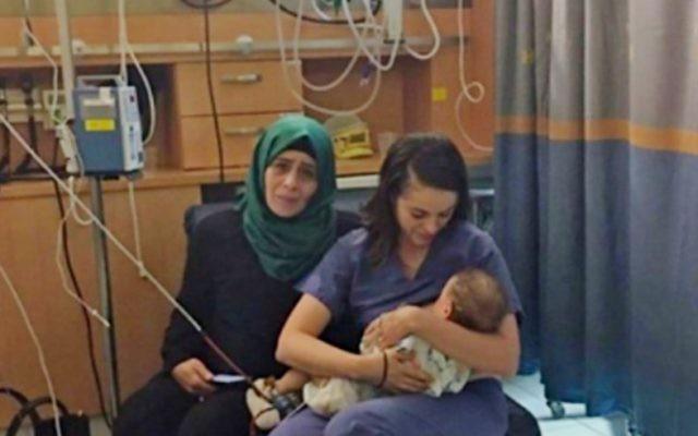 Ola Ostrovsky-Zak, infirmière de 34 ans, allaite Yaman, petit Palestinien de quelques mois, dont la mère a été grièvement blessée par un accident de la route, en juin 2017. (Crédit : Centre médical Hadassah Ein Kerem)