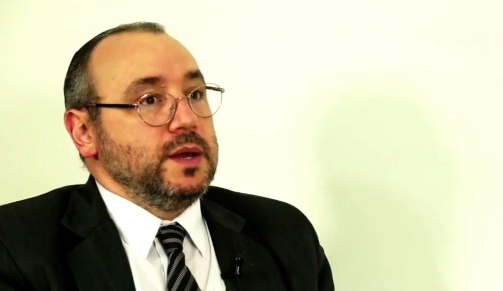 Le rabbin Fernando Szlajen à la télévision mexicaine le 25 avril 2016 (Crédit : capture d'écran Youtube)