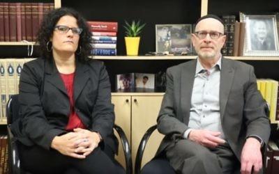 J. Rolando Matalon (à droite), grand rabbin de la synagogue Bnai Jeshurun à la synagogue de New York City, dans une vidéo du 15 juin 2017. (Crédit : capture d'écran YouTube)
