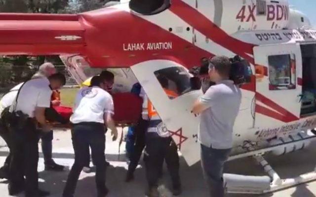Les ambulanciers transportent le corps de la jeune femme de 18 ans retrouvé morte à Ramle, le 13 juin 2017, poignardée à plusieurs reprises au niveau du torse. (Crédit : capture d'écran YouTube/MDA)