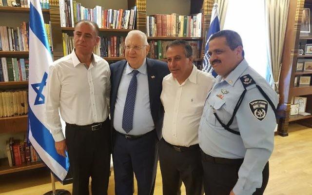 Le chef de la police d'Israël, Roni Alsheich, à droite, avec le maire de Kafr Qassem Adel Badir, 2e à droite, le président Reuven Rivlin, 2e à gauche et le responsable de la sécurité local Khaled Issa à la résidence du président à Jérusalem, le 7 juin 2017 (Crédit : porte-parole du président)