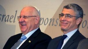 Le président Reuven Rivlin et le rabbin Rick Jacobs,chef de l'Union du Judaïsme réformé, assistent à une rencontre des leaders juifs américains à New York, le 11 décembre 2015 (Autorisation : Union pour le Judaïsme réformé)