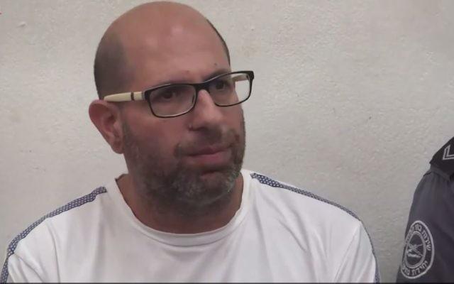 Shaul Shamai, accusé d'avoir agressé sexuellement 10 fillettes alors qu'il était enseignant suppléant à Tel Aviv, à la Cour des Magistrats de Tel Aviv, le 13 juin 2017. (Crédit : capture d'écran Ynet)