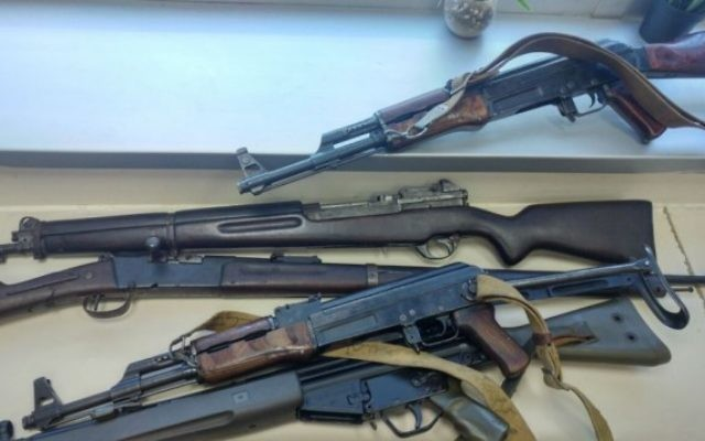 Illustration : une partie de la collection d'armes remise à la police le 11 juin 2017. (Crédit : porte-parole de la police)