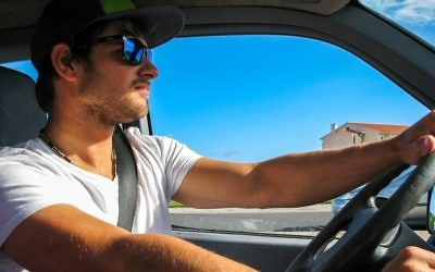 Illustration d'un homme au volant d'une voiture (Crédit : domaine public)