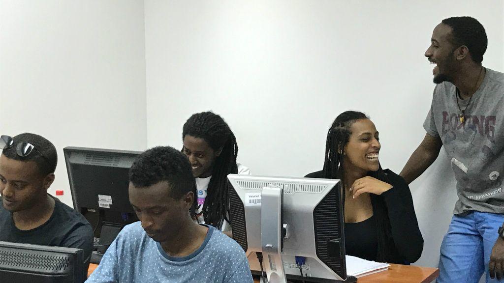 Taquineries et plaisanteries entre étudiants durant les cours de Tech-Career (Crédit : Shoshanna Solomon/TimesofIsrael)