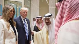 Le président Donald Trump et la 'first lady'  Melania Trump avec le roi d'Arabie saoudite Salman bin Abdulaziz al-Saud, deuxième depuis la droite, à la cérémonie inaugurale du Centre mondial de lutte contre l'idéologie extrémiste de Riyadh, en Arabie saoudite, le 21 mai 2017 (Crédit : Bandar Algaloud/Saudi Royal Council/Anadolu Agency/Getty Images)