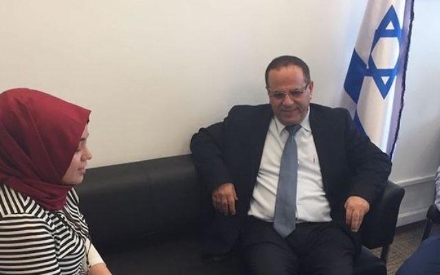 La journaliste turque Seyma Eraz rencontre le ministre des Communications Ayoub Kara à son bureau de la Knesset à Jérusalem le 27 juin 2017 (Crédit : Ministère des Communications)
