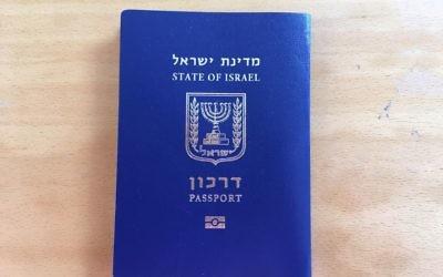 Un passeport israélien. Illustration. (Crédit : Stéphanie Bitan/Times of Israël)