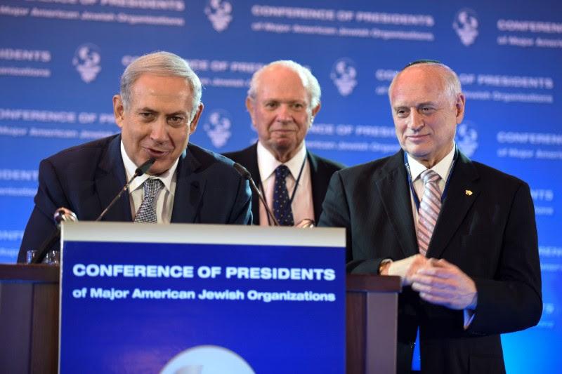 Le Premier ministre Benjamin Netanyahu avec le président de la Conférence des présidents, Stephen M. Greenberg, au centre, et son vice-président exécutif Malcolm Hoenlein, à l'ouverture de la 42e conférence de la Mission du Leadership, à Jérusalem, le 14 février 2016. (Crédit : Avi Hayoun)