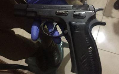 Un pistolet retrouvé par les troupes israéliennes pendant une opération dans le village d'Asira ash-Shamaliya, près de Naplouse, dans le nord de la Cisjordanie, le 5 juin 2017. (Crédit : unité des porte-paroles de l'armée israélienne)