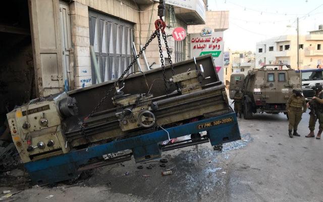 Des équipements de fabrication d'armes saisis par les forces de sécurité en Cisjordanie, le 8 juin 2017. (Crédit : unité des porte-paroles de l'armée israélienne)