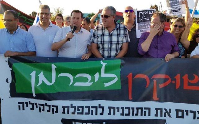 Yossi Dagan, à gauche; président du conseil régional de Samarie, pendant une manifestation aux abords de Qalqilya, appelant le gouvernement à annuler un plan d'expansion de la ville palestinienne par l'AP, le 18 juin 2017.  (Crédit : conseil régional de Samarie)