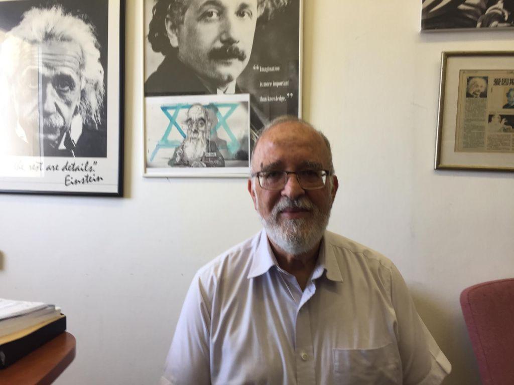 Le professeur Isaac Ben-Israel dans son bureau de l'université de Tel Aviv, le 19 juin 2017 (Crédit : DH / Equipe du ToI)