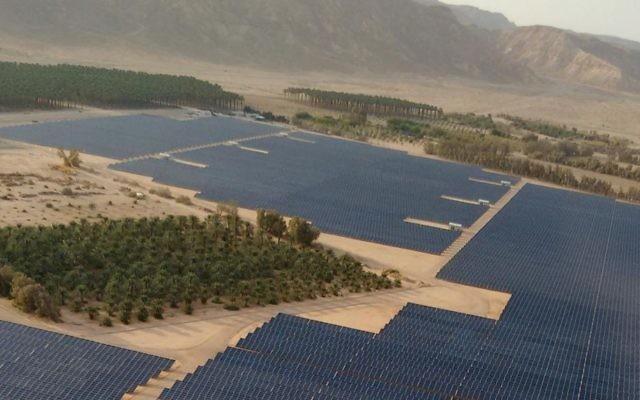 Vue aérienne d'un champ d'énergie photovoltaïque de 40 mégawatts récemment construit au  Kibbutz Ketura, et qui fournit un tiers de la consommation quotidienne d'électricité de la ville d'Eilat (Autorisation)