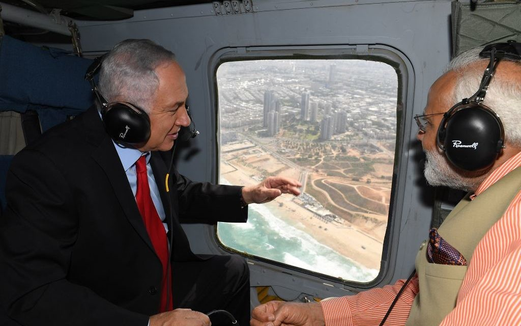Le Premier ministre Benjamin Netanyahu (à gauche) et son homologue indien, Narendra Modi, en hélicoptère sur Haifa, le 6 juillet 2017 (Crédit : Kobi Gideon / GPO)