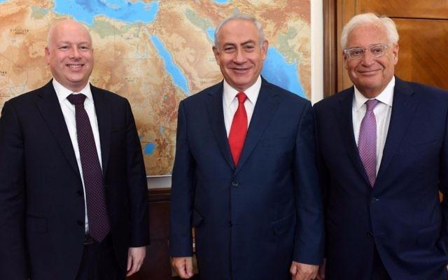 Jason Greenblatt, à gauche, envoyé spécial du président américain, le Premier ministre Benjamin Netanyahu, au centre, et l'ambassadeur américain en Israël David Friedman, dans les bureaux du Premier ministre à Jérusalem, le 12 juillet 2017. (Crédit : Haim Tzach/GPO)