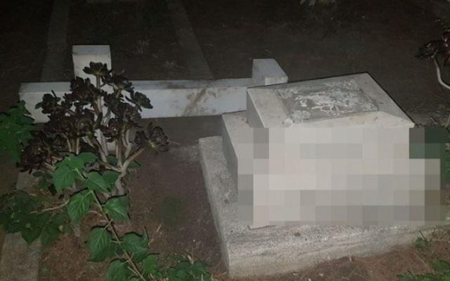 Une tombe vandalisée au cimetière Templar (Crédit : police israélienne)