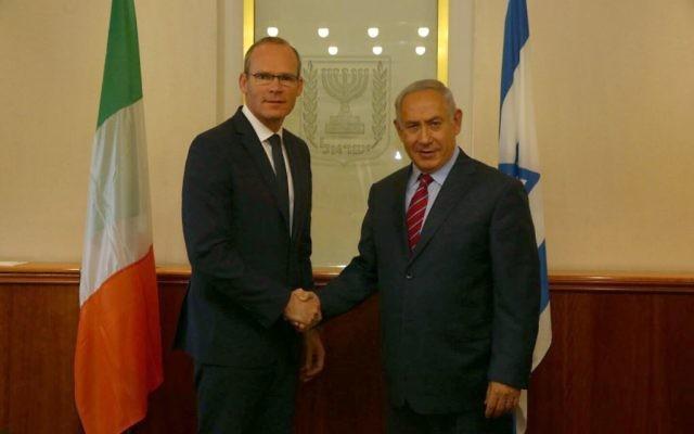 Le ministre irlandais des Affaires étrangères Simon Coveney, à gauche, avec le Premier ministre  Benjamin Netanyahu à Jérusalem, le 11 juillet 2017. (Crédit : GPO)