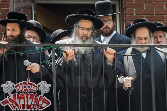 Le Rebbe de Satmar Zalman Leib Teitelbaum et quelques membres de son entourage. (Crédit : Yossi718 /CC BY-SA 4.0/Wikipedia)
