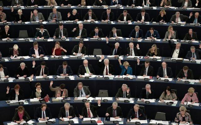 Les membres du Parlement européen participent à une séance de vote au Parlement européen à Strasbourg, en France, le 2 février 2016 (Crédit : AFP / Frederick Florin)